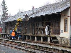 Na jesenickém nádraží začaly přípravné práce na jeho velkou rekonstrukci. Dělníci zde rozebírají nevyužívané dřevěné skladiště.
