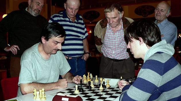 Partie posledního kola mezi Jiřím Stehlíkem (vlevo) a Janem Krejčím rozhodovala o umístění nejlepší trojice. Remíza znamenala nakonec pro Krejčího až 4. místo.