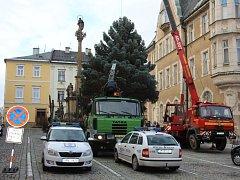 Cesta vánočního stromu na náměstí Míru v Šumperku