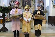 Trojice zábřežských koledníků po obřadu žehnání kříd, kterými budou psát na veřeje dveří písmena K+M+B