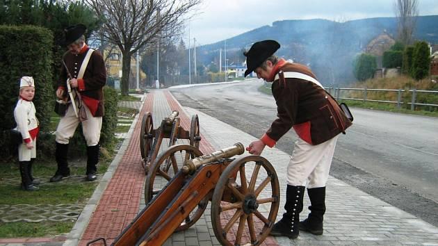 Zlatohorská garda vypálila při předání nového chodníku slavnostní salvu.