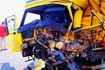Vážná nehoda zablokovala hlavní tah 1/44 u obce Libivá. Srazila se tam dvě nákladní vozidla, jeden z řidičů je těžce zraněný.