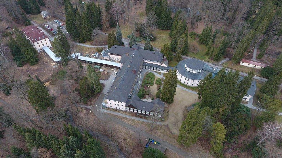 Letecký pohled na hlavní budovy velkolosinských lázní spojené krčkem.