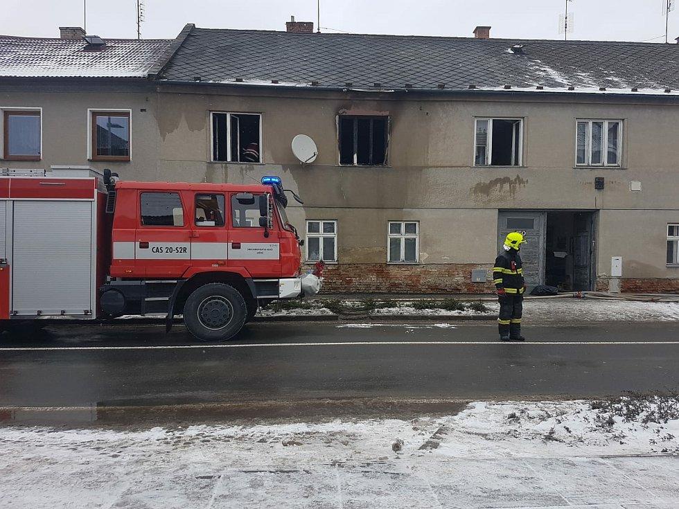 Hasiči a záchranáři zasahují u požáru domu v Lošticích, 17. ledna 2021