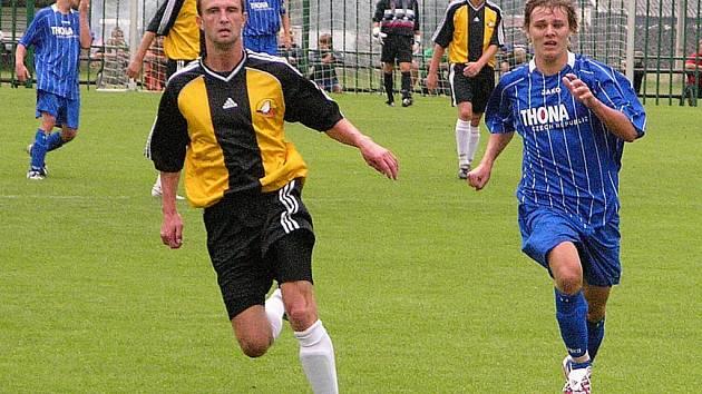 Losinští fotbalisté (žluté dresy) dostali od béčka Sigmy osm gólů.