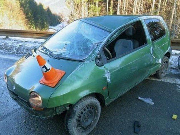Řidič Renaultu Twingo, který havaroval v pondělí 23. ledna u Zlatých Hor, dostal na náledí smyk. Auto několikrát přetočil přes střechu.