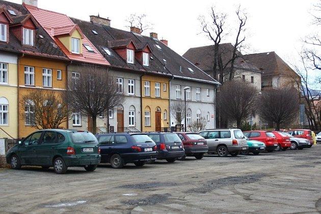 Odstavná plocha za podnikem Jesenka, kde má vzniknout turistické parkoviště.
