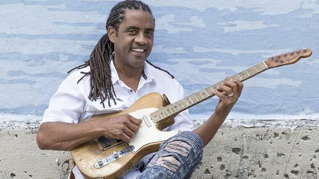Letošní držitel nejprestižnější bluesové ceny Blues Music Award v kategorii současného blues, louisianský multiinstrumentalista a zpěvák Kenny Neal.