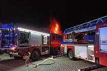 K požáru dvou skladovacích hal v Janáčkově ulici v Jeseníku vyjížděli profesionální i dobrovolní hasiči v pondělí hodinu před půlnocí.