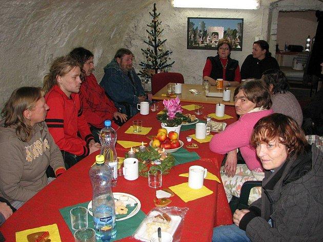 Novou službu střediska potravinové pomoci zahájila Charita Zábřeh těsně před Vánocemi 2010. Na večeři pozvala lidi bez domova
