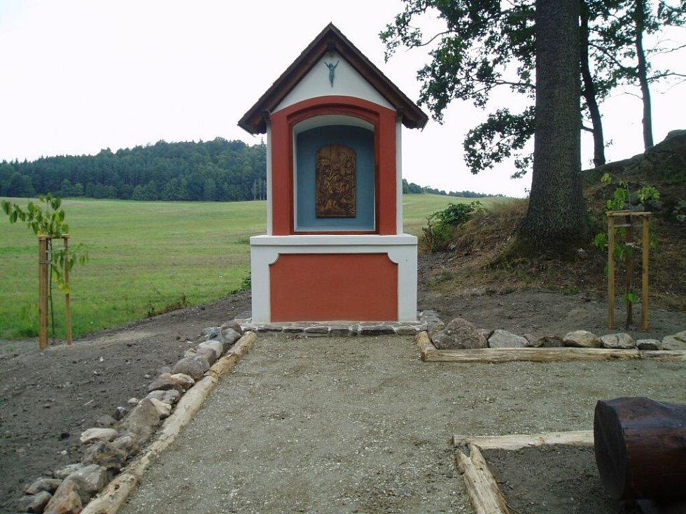 Opravená Boží muka na vyhlídkovém místě u Kobylé nad Vidnavkou.