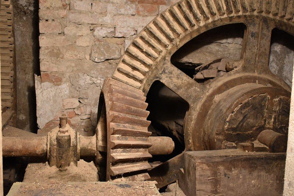 Bývalý mlýn v Rapotíně s dochovaným historickým kolem a transmisí.