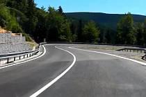 Jízda po opravené silnici z Červenohorského sedla