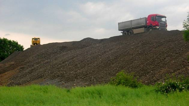 Tisíce tun štěrku navážejí v těchto dnech nákladní auta na obří skládku u Žadlovic