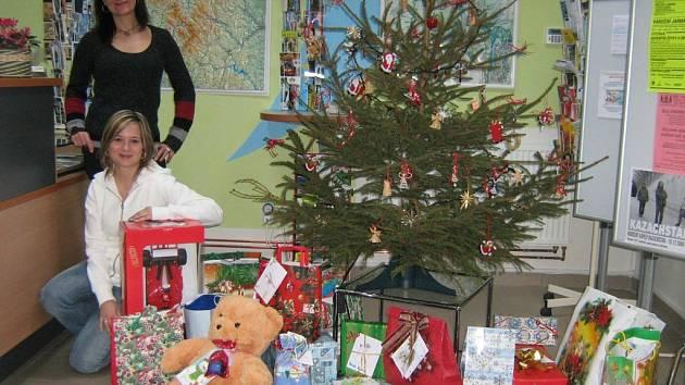 Pracovnice Jesenické rozvojové se těší, až dárky předají dětem.