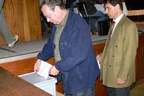 Zastupitelé hlasují o referendu.