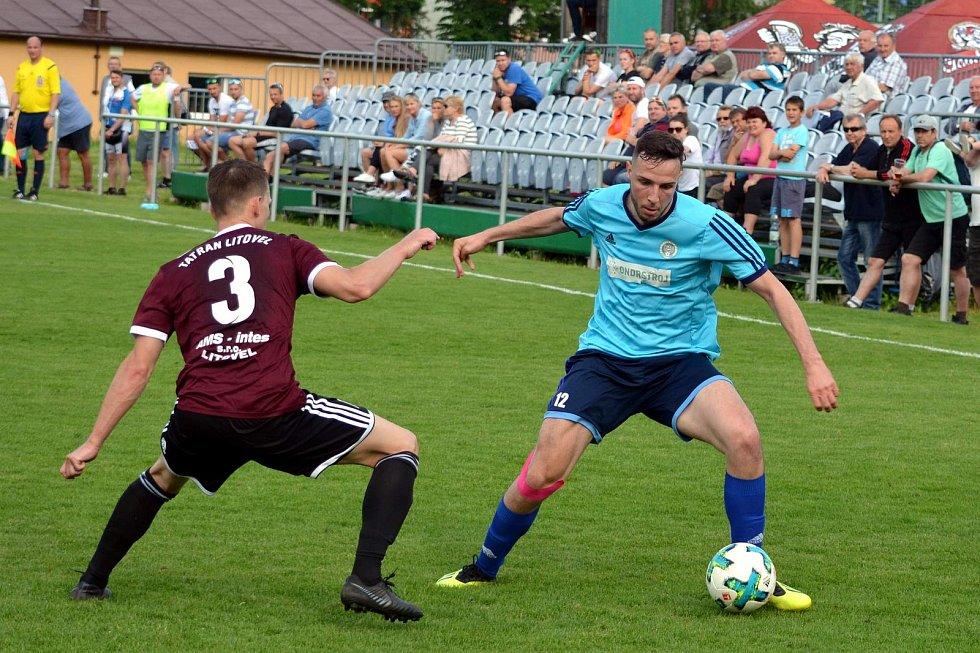 Fotbalisté Jeseníku (v modrém) porazili Litovel 4:3 na penalty.