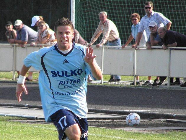 Zábřežský záložník Jaroslav Klemsa s diváky za zády během ligového utkání.
