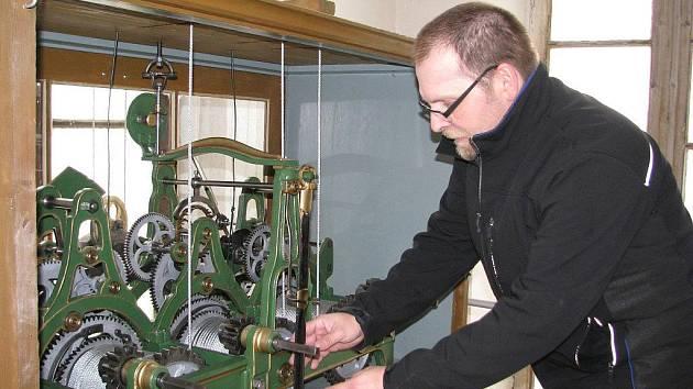 Miroslav Drozd upravuje čas na hodinách na věži evangelického kostela v Šumperku