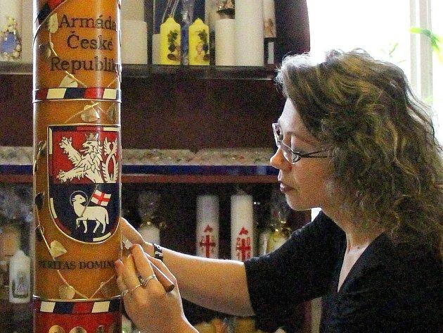 Obří svíci pro Armádu České republiky nazdobili v chráněné dílně v Paloníně.