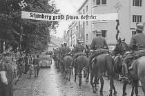 VJEZD DO MĚSTA. Příjezd německého Wehrmachtu na dnešní Hlavní třídu. Vojsku se zde na rozdíl od jiných českých měst dostalo vřelého přivítání.