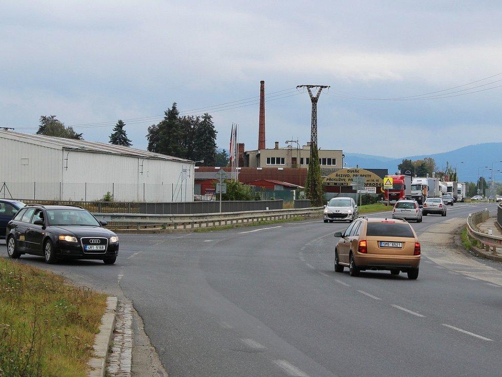 Tragická nehoda se stala na této křižovatce ulice vedoucí z centra města s průtahem od Mohelnice na Šumperk. Řidič Škody Felicia vyjížděl z vedlejší ulice (na snímku vlevo) na hlavní. Nedal přednost autobusu přijíždějícímu od Mohelnice.
