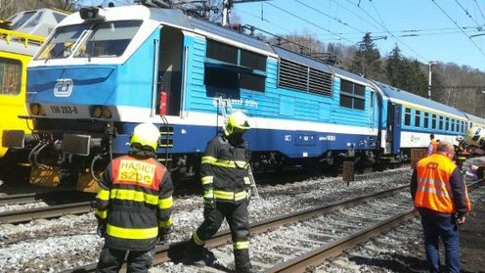 Požár lokomotivy v Hoštejně - 27. 4. 2021