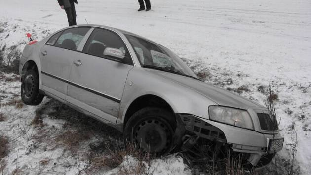 Dvaačtyřicetiletý řidič vyjel v zatáčce ze silnice a skončil v příkopu.