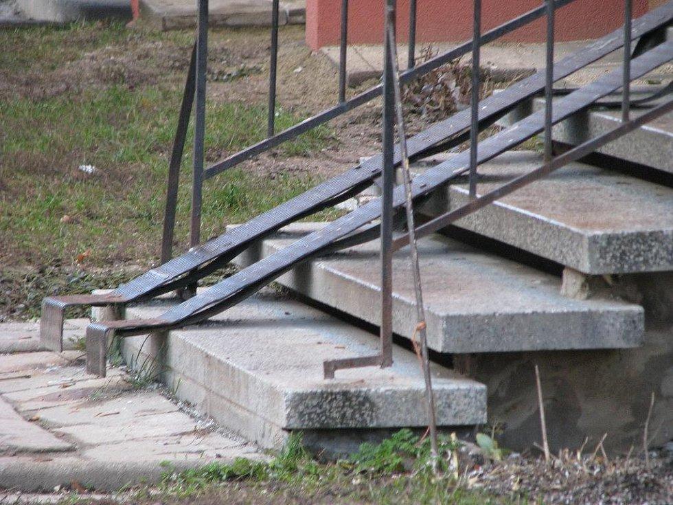 Na tyhle schody dopadl ze střechy domu přímo na hlavu dělník