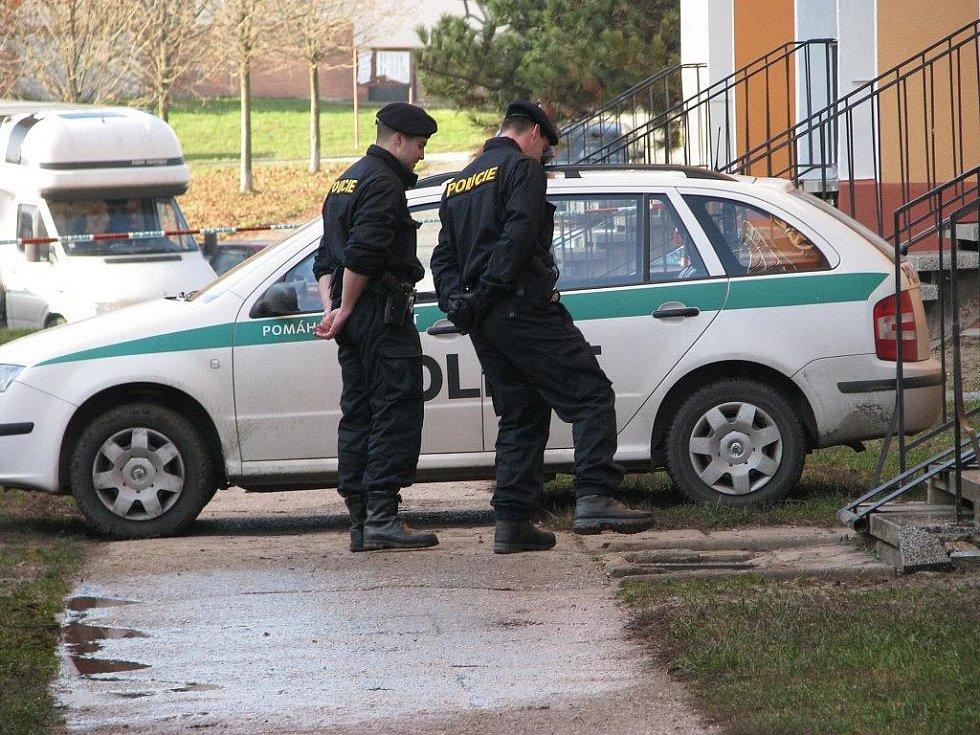 Policisté si prohlížejí místo, kam dopadl dělník ze střechy panelového domu