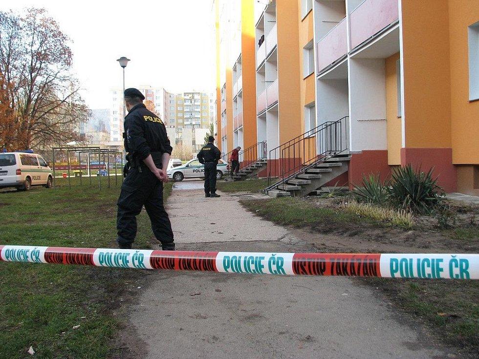 Policista hlídkuje nedaleko místa, kde zemřel dělník po pádu ze střechy panelového domu
