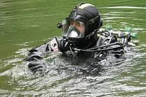 Policejní potápěči z Brna přijeli v pondělí 24. května do Vápenné na Jesenicku. Žákům místní školy předvedli svou techniku i ponor do zatopeného lomu Vycpálek