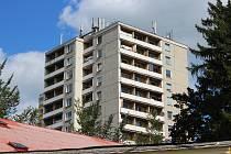 Třináctipatrovému věžáku v centru Šumperku se přezdívá panelák sebevrahů. Život skokem z okna či balkonu zde ukončilo několik lidí.