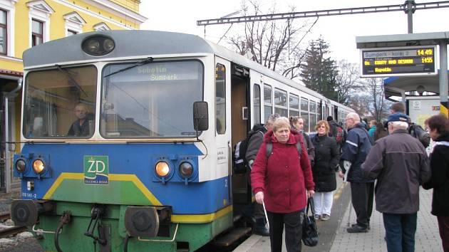 Jeden z motorových vozů, který prodal Svazek obcí údolí Desné firmě AŽD Praha.