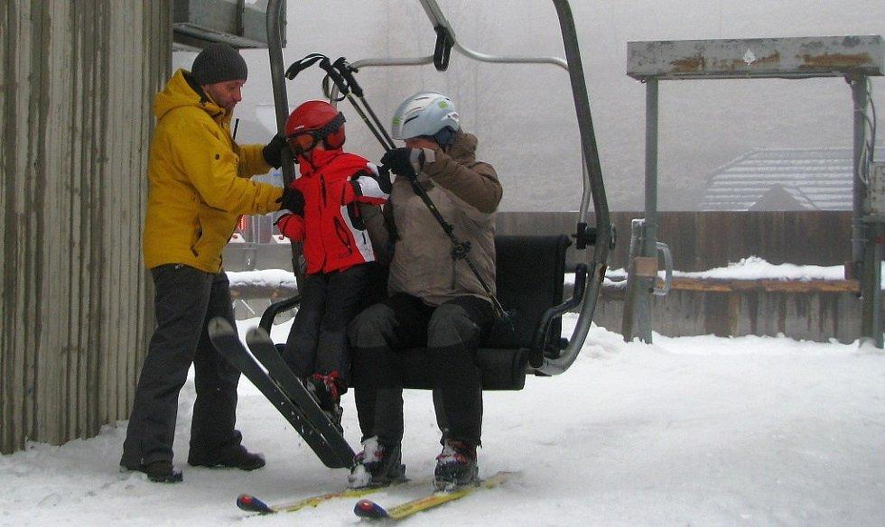 Několik desítek lyžařů přijelo o státním svátku do areálu Proskil v Branné, kde zahájili sezonu jako první v Jeseníkách. Neodradila je ani mlha a mrholení.