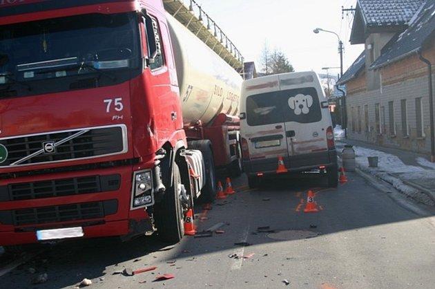 Řidič dodávky usnul a srazil se s kamionem