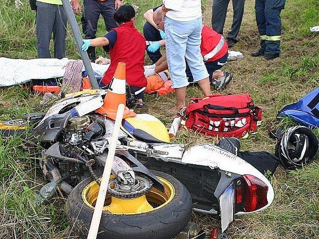 Záchranáři ošetřují těžce zraněného motorkáře