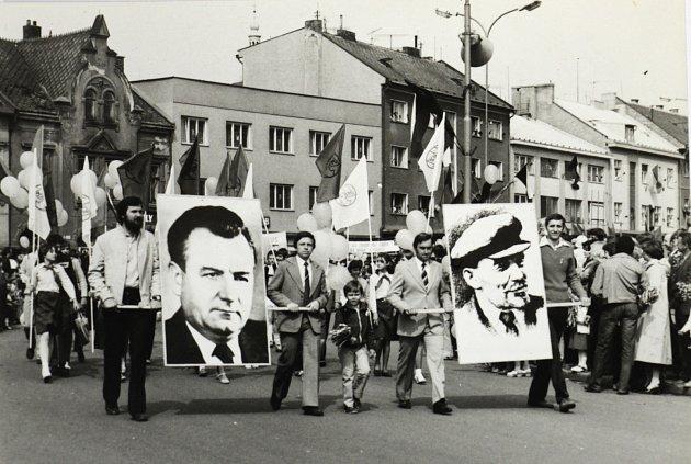 Průvod na dolním náměstí vZábřehu, včele pracovníci závodu MEZ.