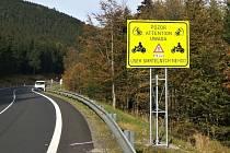 Nové dopravní značky na jižní straně Červenohorského sedla.