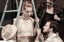 Druhou premiérou letošní divadelní sezony v Šumperku je klasická komedie Williama Shakespeara Sen noci svatojánské v novém kabátě.