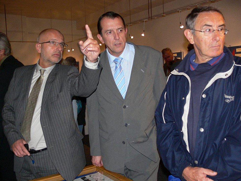 Tajemník Městského úřadu Šumperk Petr Holub na archivním snímku (zcela vlevo).