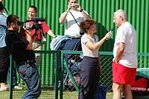 Martin Strouhal za kamerou a redaktorka Vlaďka Bartoňová při natáčení s prezidentem Václavem Klausem na tenisovém turnaji Pro Kennex Cup v Šumperku