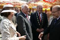 Prezident Václav Klaus včera zavítal do Velkých Losin. Doprovázel jej starosta lázeňského městečka Miroslav Kopřiva (druhý zprava). Senátor Adolf Jílek (vpravo) mezitím přivítal první dámu Livii Klausovou.