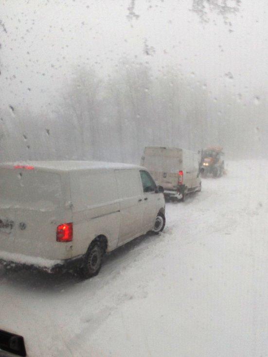 Silnice na Červenohorské sedlo ve středu 19. dubna.