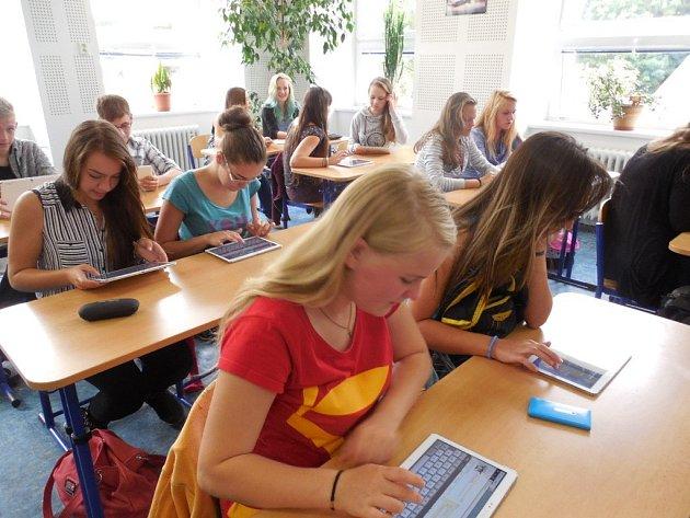 Žáci třídy 1.C jesenického gymnázia se učí pomocí tabletů.