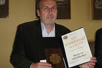 Z rukou prezidenta Václava Klause převzal v Praze na Hradě realizační tým unikátní soutěže zdravotních posádek Rallye Rejvíz Zlatý záchranářský kříž za rok 2007.