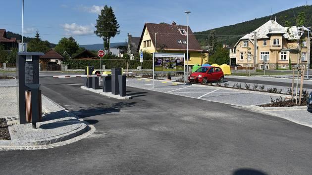 Nové parkoviště u lázní v Lipové.