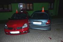 Opilý řidič zdemoloval dvě auta.