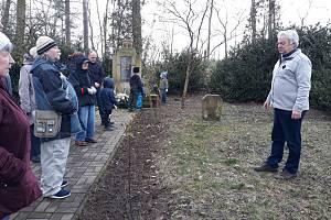 Na startu vDětřichově u Moravské Třebové na hřbitově obětí koncentračního tábora vypráví Jiří Nesét příběh osvojenkyně Ludmily, která nepoznala svou matku.