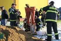 Při pořádném zápalu naplní hasiči s tradiční plničkou maximálně tři sta pytlů za hodinu. Když je písek mokrý, tak stěží stovku.